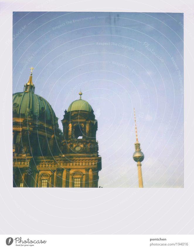 zwei die sich mögen Ferien & Urlaub & Reisen Berlin Religion & Glaube Architektur groß Ausflug Technik & Technologie Tourismus Dach Fernsehen Kultur Christliches Kreuz stark Bauwerk Wahrzeichen
