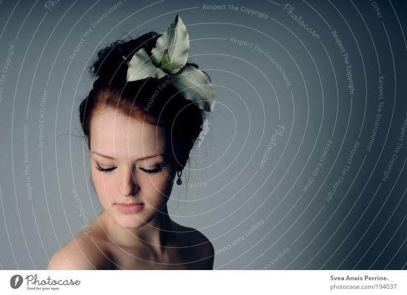 lila,lila elegant Stil Design feminin Junge Frau Jugendliche Haut Haare & Frisuren Gesicht Blume Accessoire brünett Zopf atmen beobachten Blühend Denken Duft