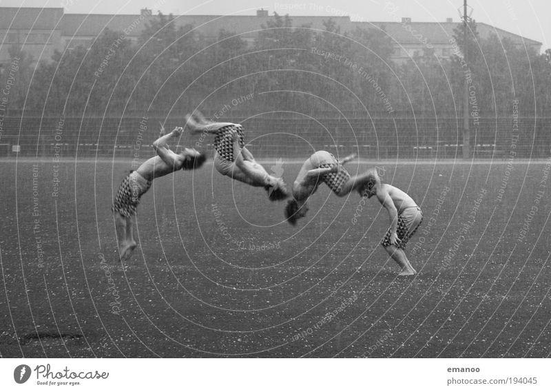 im hagel Stil Sport Stadion maskulin Junger Mann Jugendliche Erwachsene Körper Unwetter Sturm Hagel drehen springen sportlich Coolness Freude Salto Reihe Studie