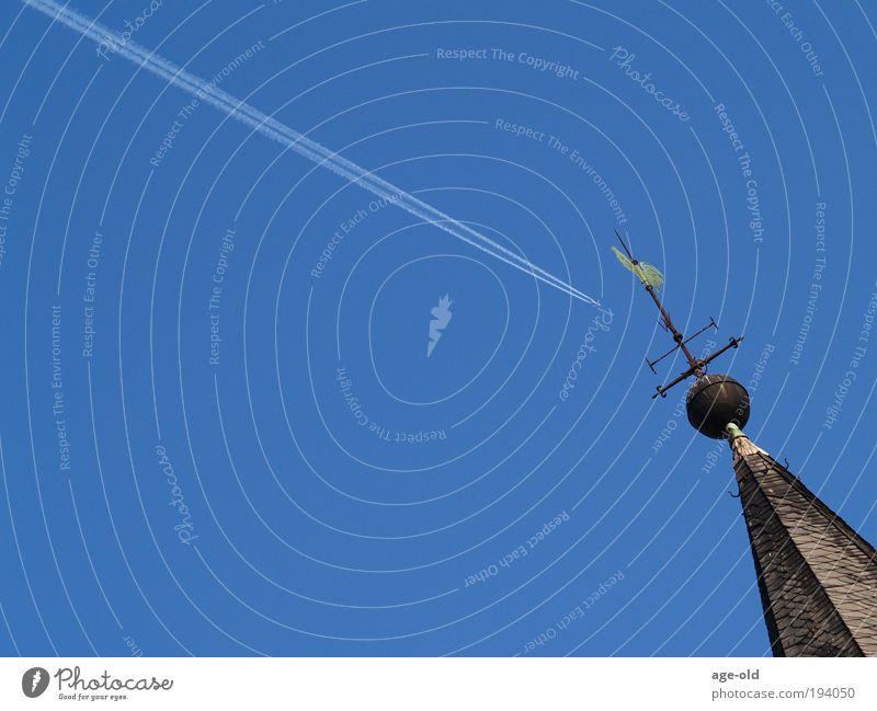 Gruß in die Ferne Freiheit Pilot Geistlicher Luftverkehr Umwelt Wolkenloser Himmel Sonnenlicht Schönes Wetter Kirche Kirchturmspitze Verkehrsmittel