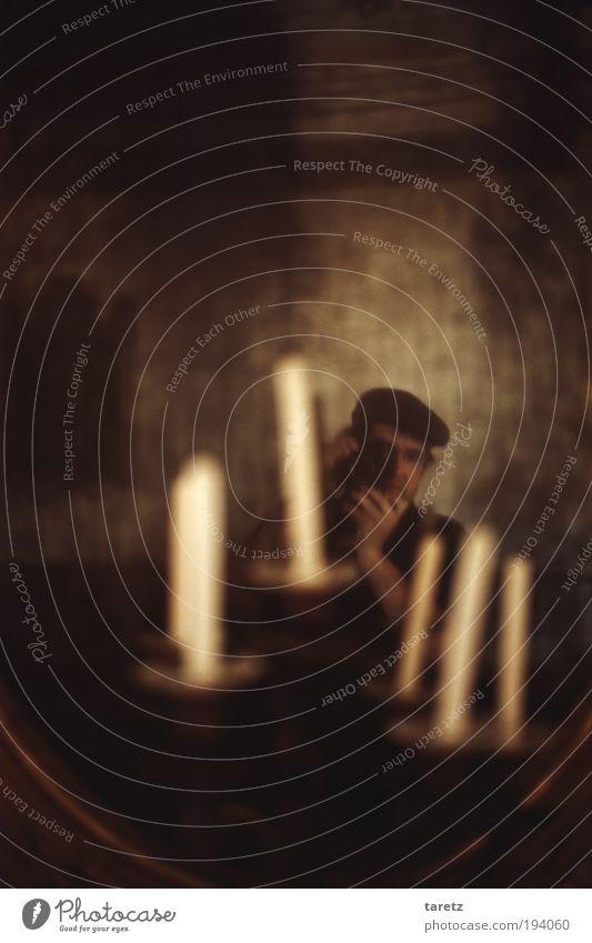 Spätbarocke Dekadenz maskulin 1 Mensch Mütze Spiegelbild beobachten Fotografieren Barock Rokoko dunkel geheimnisvoll Selbstportrait Fotokamera Farbfoto