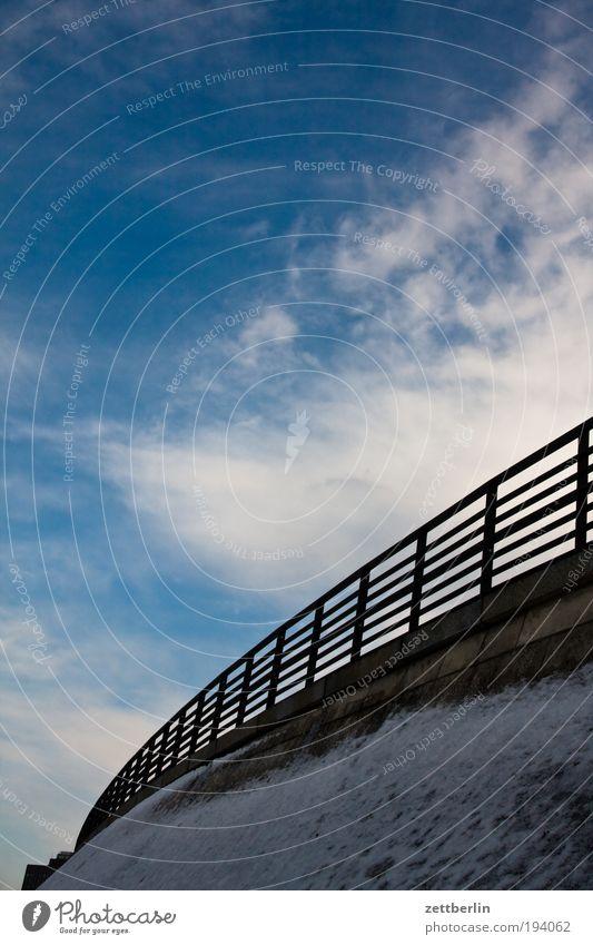 Geländer Himmel Himmel (Jenseits) Wolken Schnee Brücke Neigung Barriere Grenze Brückengeländer Kurve Bogen aufsteigen Biegung Damm Schneedecke