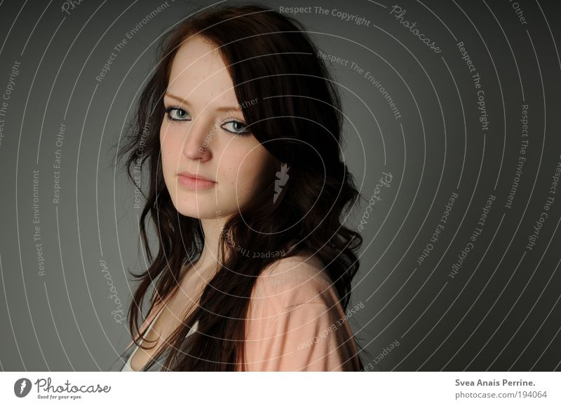 nice. feminin Junge Frau Jugendliche Erwachsene 1 Mensch 18-30 Jahre brünett langhaarig Locken genießen Blick Freundlichkeit natürlich Neugier dünn weich grau