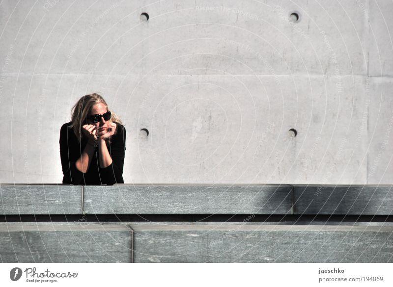 Ich warte da drüben. Junge Frau Jugendliche 1 Mensch 18-30 Jahre Erwachsene Stadt Bauwerk Gebäude Architektur Mauer Wand Fassade Sonnenbrille Stein Beton warten