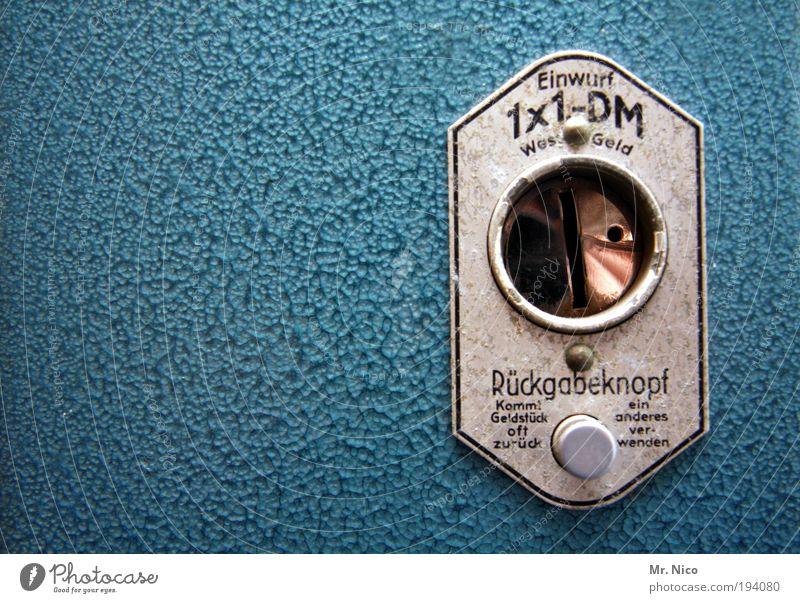 Fütter mich ! Einwurfschlitz antik Automat blau Metall Schilder & Markierungen früher Siebziger Jahre Achtziger Jahre Detailaufnahme Textfreiraum links