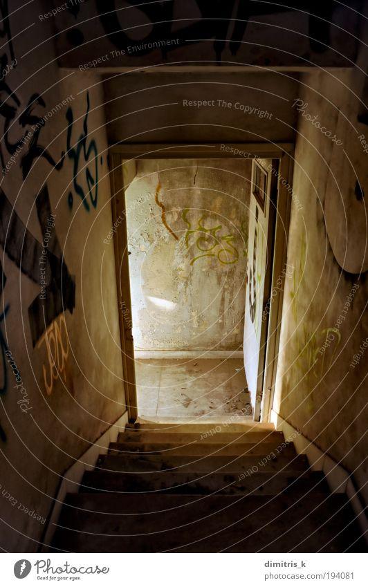 verlassene Haustreppe Ruine Gebäude Architektur Treppe Tür Graffiti alt dreckig dunkel trist Einsamkeit Dekadenz Verfall Verlassen Abstieg absteigend