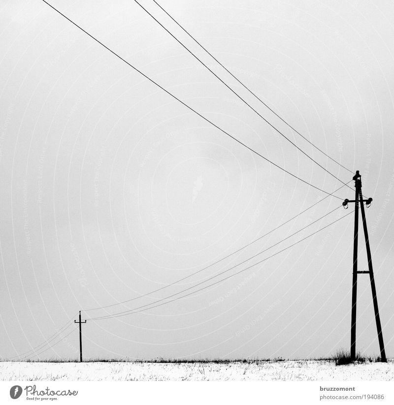 _i____Ä Elektrizität Leitung Hochspannungsleitung Energiewirtschaft Winter Schnee trüb grau Schwarzweißfoto kalt Strommast Wolken ländlich Quadrat Frost trist