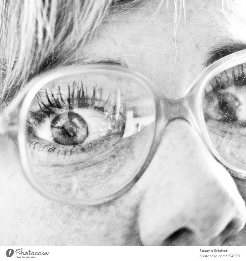 Suse mit Oma`s Nasenfahrrad Frau Jugendliche alt Gesicht Auge Haare & Frisuren Kopf blond Erwachsene groß Brille beobachten Schwarzweißfoto brünett