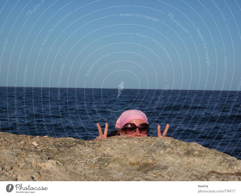 versteck Frau Wasser Sonne Meer Sommer Freude Freiheit rosa Italien Sonnenbrille rosarote Brille