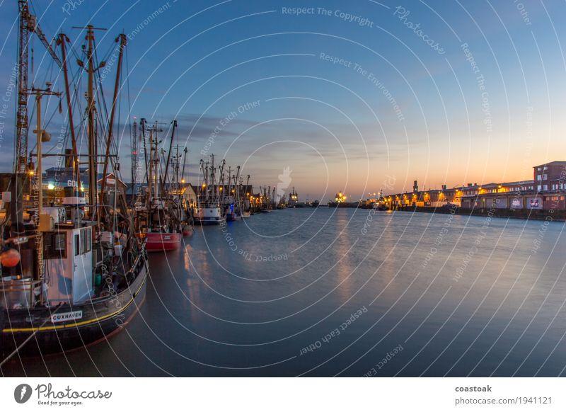 Cuxhavener Krabbenkutter im Hafen Fischer Fischereiwirtschaft Wasser Küste Meer Schifffahrt Fischerboot Arbeit & Erwerbstätigkeit fangen liegen frisch