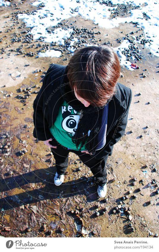 panda. Mensch grün Freude Schnee Kopf Schuhe stehen T-Shirt beobachten Hose brünett kurzhaarig Kastanie Tier Panda