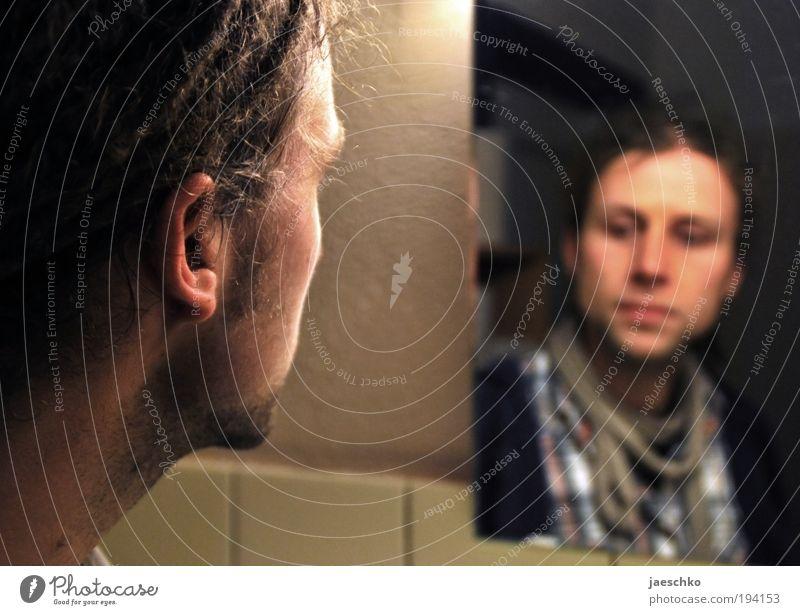 Wer bin ich? Student Junger Mann Jugendliche 1 Mensch 18-30 Jahre Erwachsene Spiegel Traurigkeit authentisch trist Sorge Müdigkeit Enttäuschung Einsamkeit