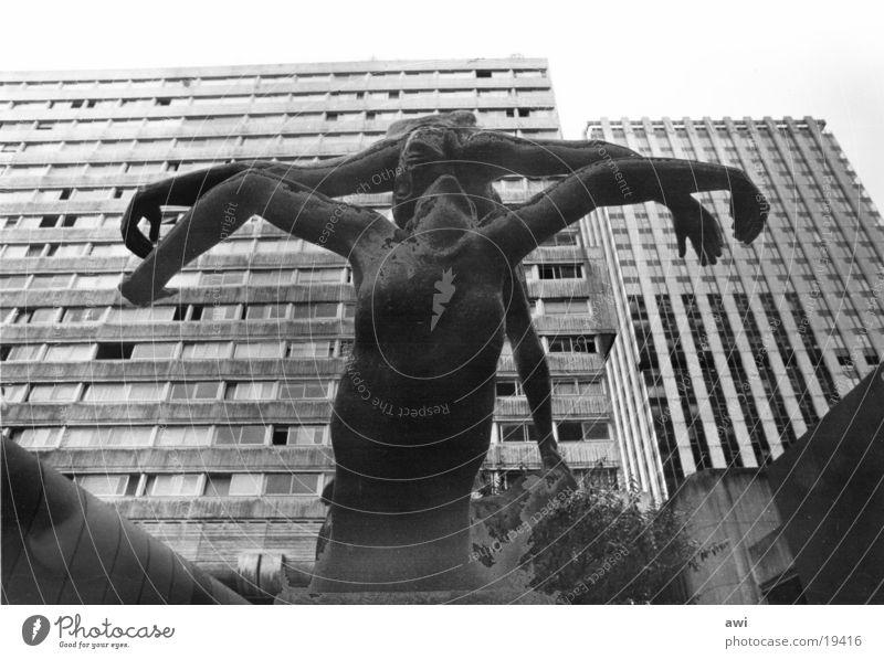 Nature mort Hochhaus Paris Bildhauerei Architektur Skultur Mensch Banlieu Schwarzweißfoto Statue