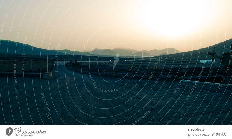 So weit das Auge sehen kann... schwarz Berge u. Gebirge Landschaft Umwelt Sand Feuer Urelemente Wüste Hügel Mond Vulkan Meer Meerestiefe Himmelskörper & Weltall Lanzarote vulkanisch