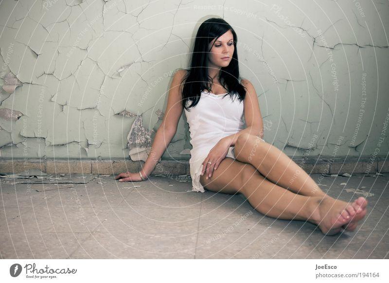 what a day for a daydream... Frau schön Erotik Erholung feminin Wand träumen Traurigkeit Mauer Beine Zufriedenheit Mode Erwachsene sitzen Lifestyle Kleid