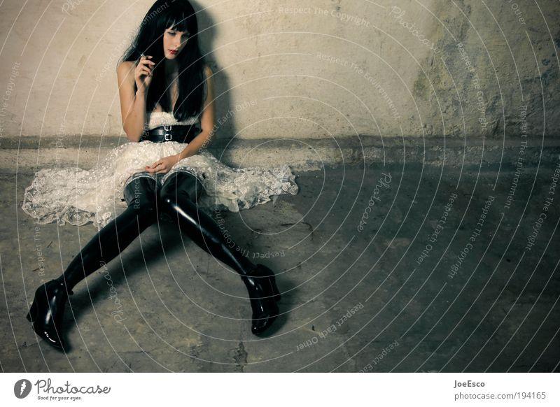 i don't like mondays Frau schön Einsamkeit Erotik Leben dunkel Wand Stil träumen Traurigkeit Mauer Feste & Feiern warten Mode Erwachsene