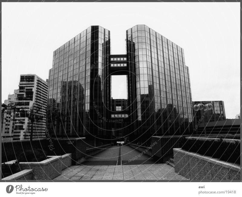 Banlieu Chrom Stahl Bürogebäude Hochhaus Paris kalt Symmetrie Architektur Schwarzweißfoto Glas