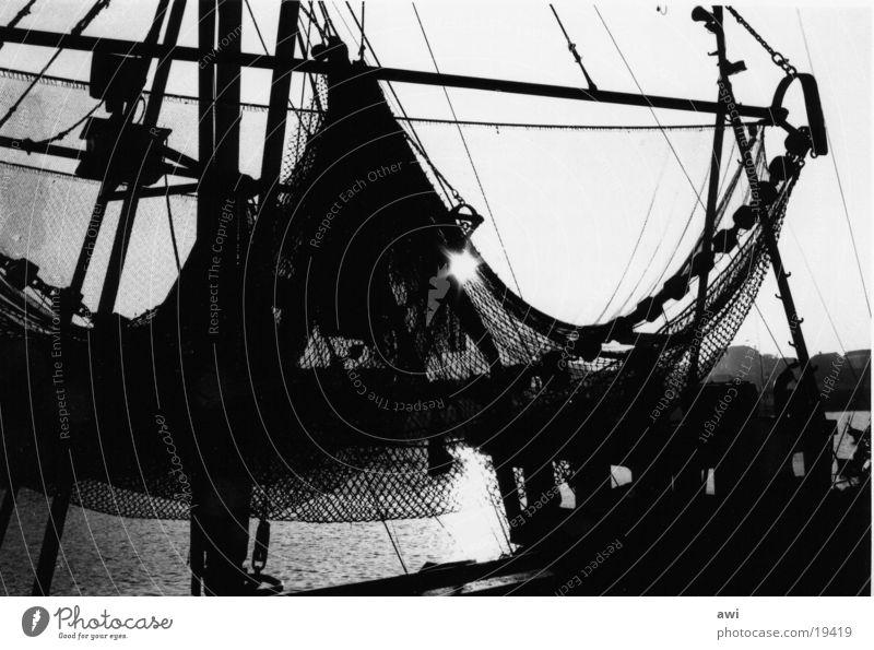 Fischernetze Fischerboot See Fischereiwirtschaft Krabbenkutter Meer Gegenlicht Fotolabor Schifffahrt Hafen Schwarzweißfoto Kontrast