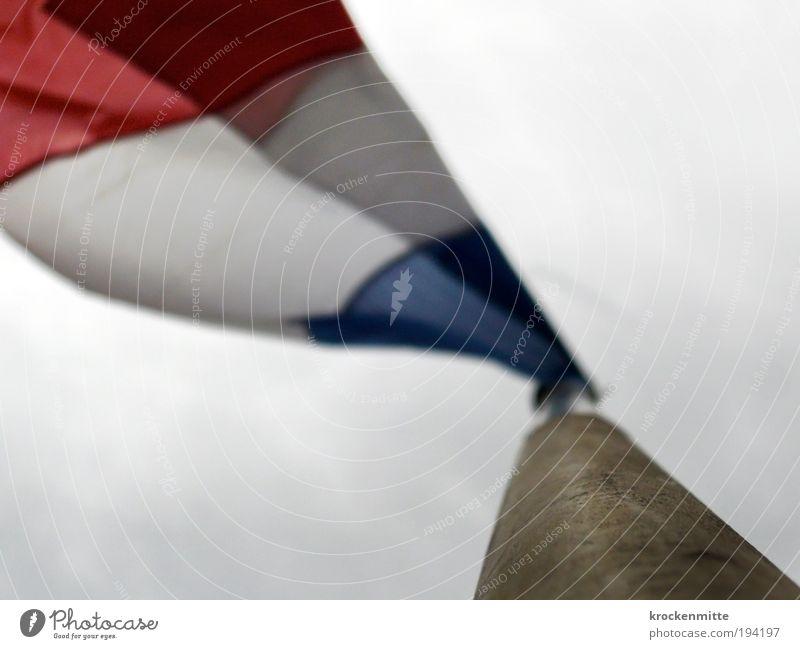 flatternité weiß blau rot Holz Wind Europa Fahne Frankreich wehen Fahnenmast schlechtes Wetter Veranstaltung Natur Wolkenhimmel Patriotismus