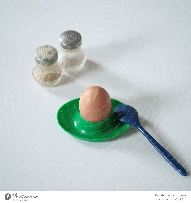 Frühstücksei wachsweich Ei Pfefferstreuer Salzstreuer Kochsalz Ernährung Bioprodukte Löffel Besteck Eierbecher Kunststoff einfach gut lecker retro Wärme blau