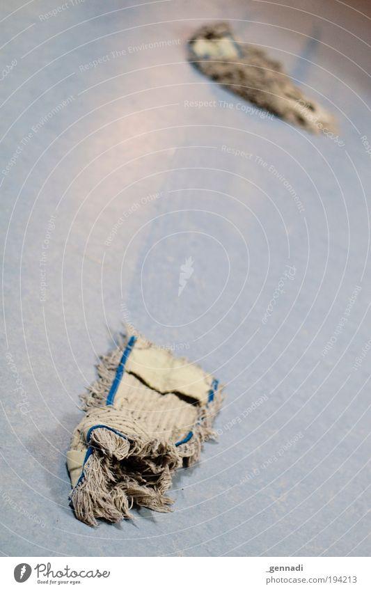 Über Waschlappen blau Linie Arbeit & Erwerbstätigkeit dreckig nass Bodenbelag Reinigen Sauberkeit Handwerker Raumpfleger Haushaltsführung aufräumen Angsthase