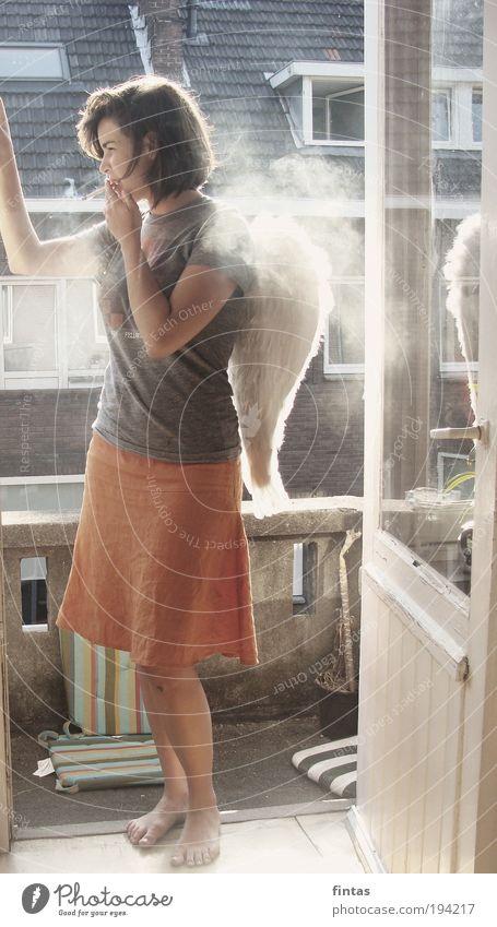 gefallen. Mensch Jugendliche Einsamkeit feminin Denken Erwachsene Coolness Rauchen einzigartig Sehnsucht Surrealismus Stolz Gefühle Ganzkörperaufnahme