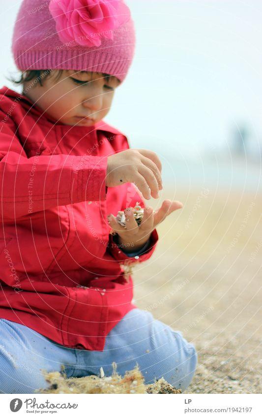 Kind spielt mit Sand Mensch Mädchen Erwachsene Leben Lifestyle Familie & Verwandtschaft Spielen Schule Freizeit & Hobby Kindheit Baby lernen Bildung Wohlgefühl