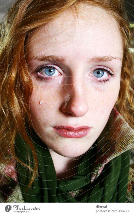 rot zu blau Mensch Jugendliche blau rot Auge feminin Gefühle Erwachsene Trauer authentisch Wut Gesicht weinen Stolz rothaarig Porträt