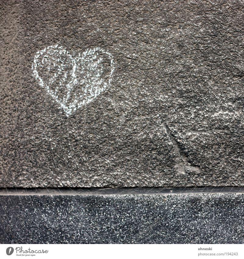 Hart aber herzlich Haus Einfamilienhaus Bauwerk Gebäude Architektur Mauer Wand Fassade Putz Stein Zeichen Schriftzeichen Herz zeichnen Kitsch grau Gefühle
