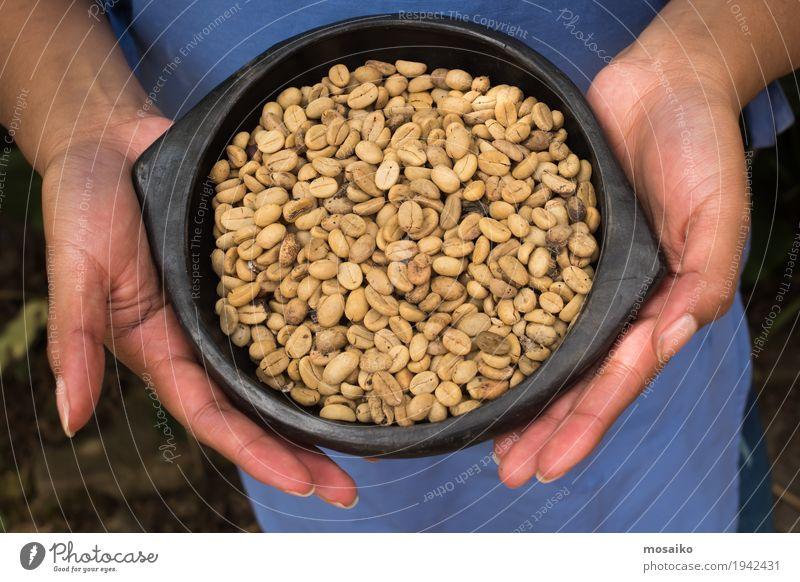 geröstete Kaffeebohnen in einer Schüssel - Frau, die Kaffeebohnen hält Frühstück Espresso Schalen & Schüsseln Hand Herz dunkel frisch natürlich braun schwarz
