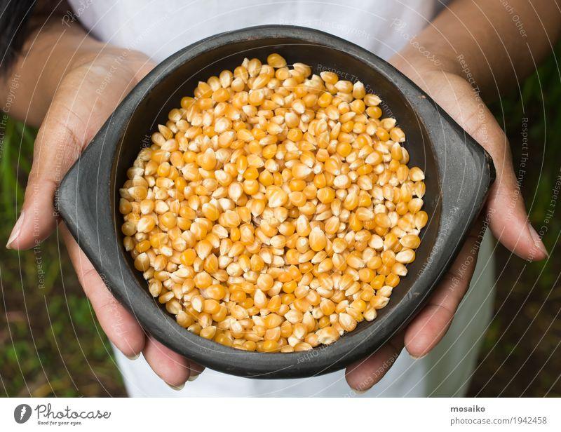 Hände halten eine Schüssel mit Mais Gemüse Ernährung Vegetarische Ernährung Diät Hand Finger Menschengruppe Natur Pflanze natürlich gelb gold Tradition