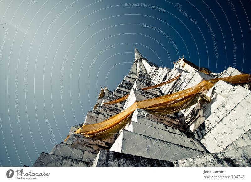 The Orange Box Thailand Ruine Turm Bauwerk Tempel Sehenswürdigkeit alt gigantisch groß historisch blau gelb gold Farbfoto Außenaufnahme Menschenleer