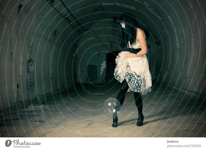 200...hoch die tassen! Frau schön Erwachsene Leben dunkel Spielen Stil Mode Feste & Feiern elegant ästhetisch stehen Lifestyle einzigartig Kleid festhalten