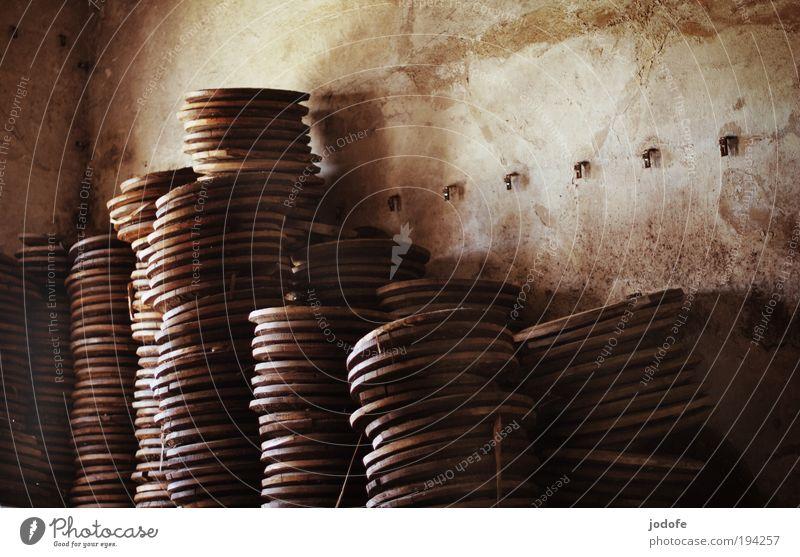 hochstapeln Einsamkeit Wand Holz Zufriedenheit dreckig Ordnung trist Turm rund Vergänglichkeit historisch Vergangenheit Dienstleistungsgewerbe Verfall