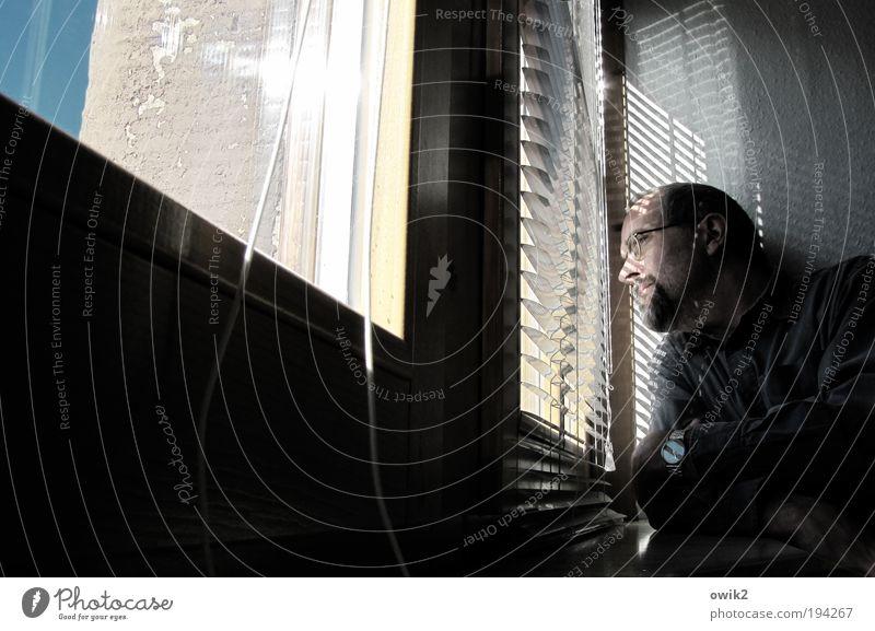 Nordic Stalking Häusliches Leben Mensch maskulin Mann Erwachsene 1 30-45 Jahre Himmel Mauer Wand Fenster Jalousie beobachten Blick stehen warten frech listig