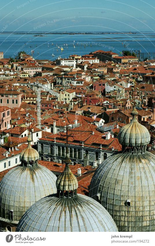 taubenperspektive Himmel blau Stadt schön rot Meer Architektur Religion & Glaube Horizont fliegen Tourismus ästhetisch Dach Romantik fallen Idylle
