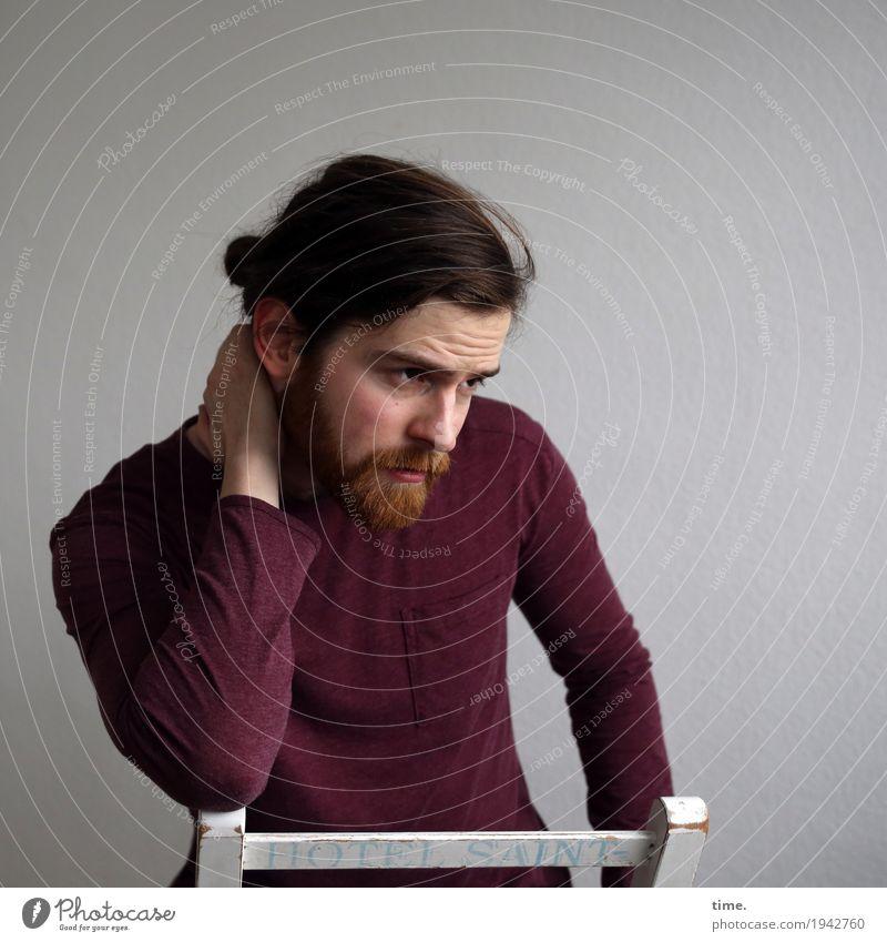 . Stuhl Raum maskulin Mann Erwachsene 1 Mensch Hemd brünett langhaarig Vollbart beobachten Denken festhalten Blick schön Sicherheit Schutz Wachsamkeit ruhig