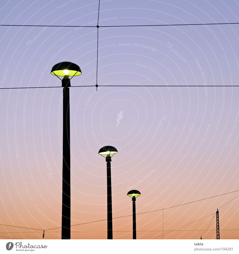 Lampen Leuchten Licht blau rot dunkel Gefühle Linie hell Metall Umwelt Energie Verkehr Sicherheit modern Energiewirtschaft ästhetisch Netzwerk
