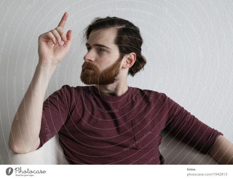 . Mensch Mann Erwachsene Leben Bewegung maskulin Raum sitzen beobachten Neugier Sicherheit zeigen Überraschung Konzentration Wachsamkeit langhaarig