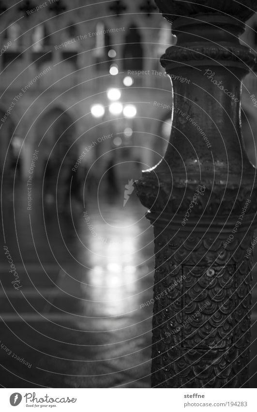 unterbelichtet Ferien & Urlaub & Reisen Tourismus Laterne Venedig Nacht Italien Laternenpfahl Schwarzweißfoto Markusplatz Dogenpalast San Marco Basilica