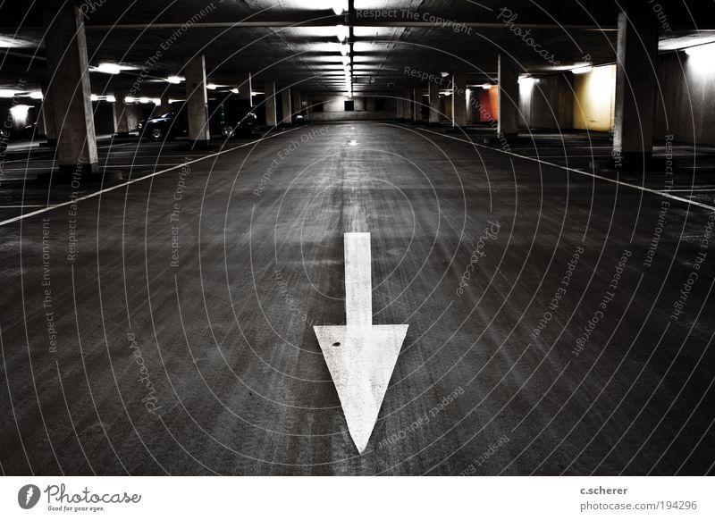 Rückwärts! Tiefgarage am ICE-Bahnhof in Montabaur weiß Stadt schwarz dunkel Wand grau Mauer PKW Linie Architektur Deutschland Straßenverkehr Beton groß Verkehr Fassade