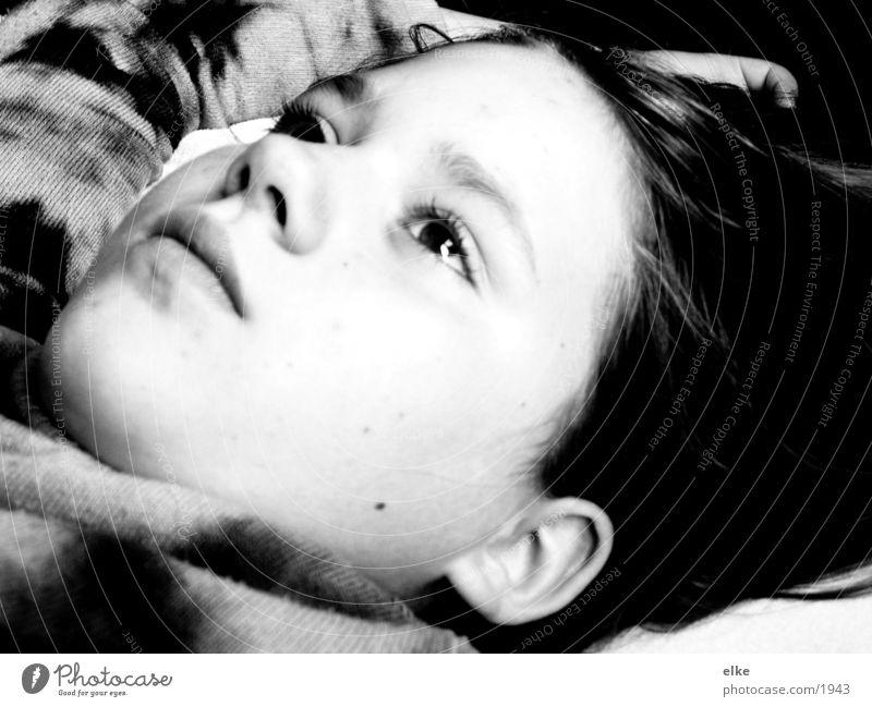 gedanken machen über? träumen Gedanke Denken liegen nachdenklich verträumt Wegsehen Schwarzweißfoto Blick nach oben Kindergesicht Mädchen