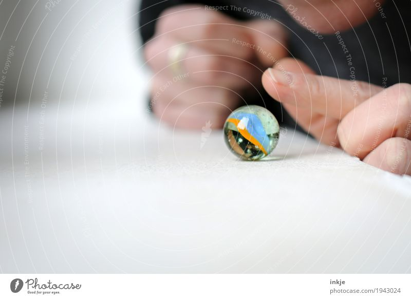 murmeln Freizeit & Hobby Spielen Murmel Hand Finger 1 Mensch Glaskugel berühren rund Neugier Interesse Inspiration Vorsicht zögern Farbfoto Innenaufnahme