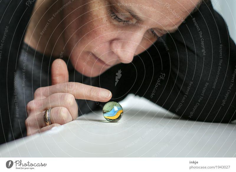 kleine Murmel Mensch Frau Hand Gesicht Erwachsene Leben Spielen Freizeit & Hobby 45-60 Jahre Finger beobachten rund berühren Neugier Langeweile sanft