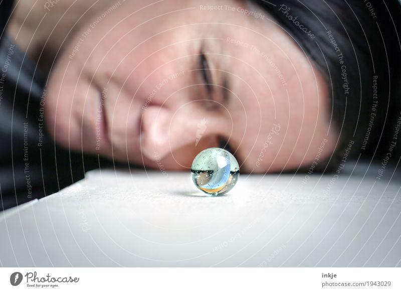 Glasauge Freizeit & Hobby Spielen Frau Erwachsene Gesicht 1 Mensch Murmel Glaskugel beobachten Blick klein rund Neugier Interesse entdecken Inspiration