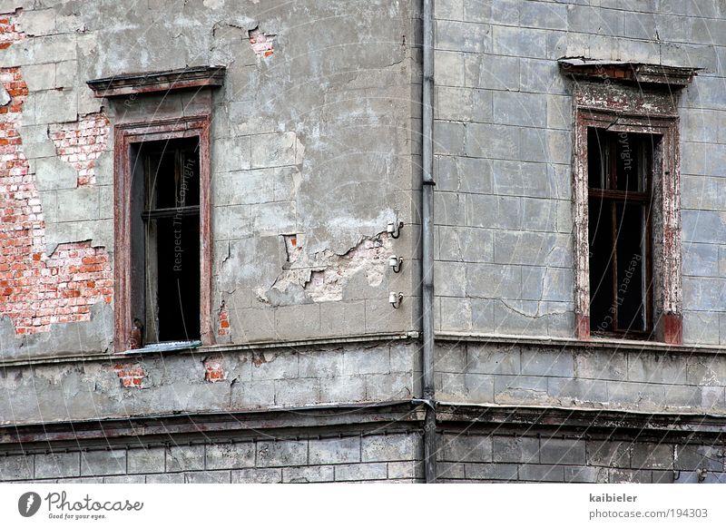 Eckfenster Menschenleer Ruine Bauwerk Gebäude Architektur Villa Putz Backsteinwand Mauer Wand Fassade Fenster Dachrinne alt dunkel eckig grau rot Verfall