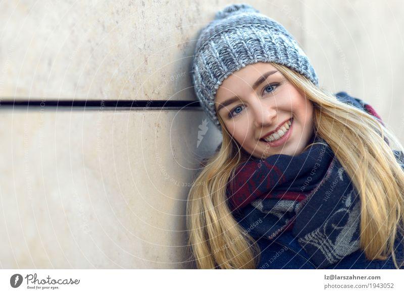 Hübsche junge Frau, die an der Kamera lächelt Glück schön Gesicht Winter Erwachsene 1 Mensch 18-30 Jahre Jugendliche Herbst Schal Hut blond Lächeln attraktiv