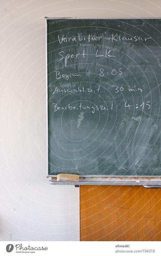 Generalprobe ruhig Sport Schule Denken Arbeit & Erwerbstätigkeit Angst lernen Schulgebäude Bildung schreiben Wissenschaften Tafel Gelassenheit Schüler Prüfung & Examen Respekt