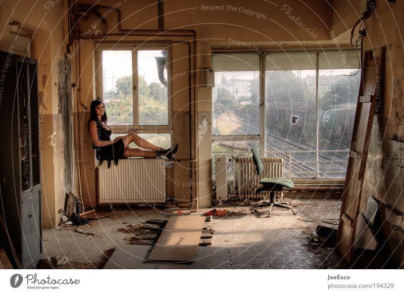 häusliches leben... Frau Mensch schön Erwachsene Leben dunkel träumen Feste & Feiern Zufriedenheit sitzen dreckig Innenarchitektur kaputt Lifestyle leuchten