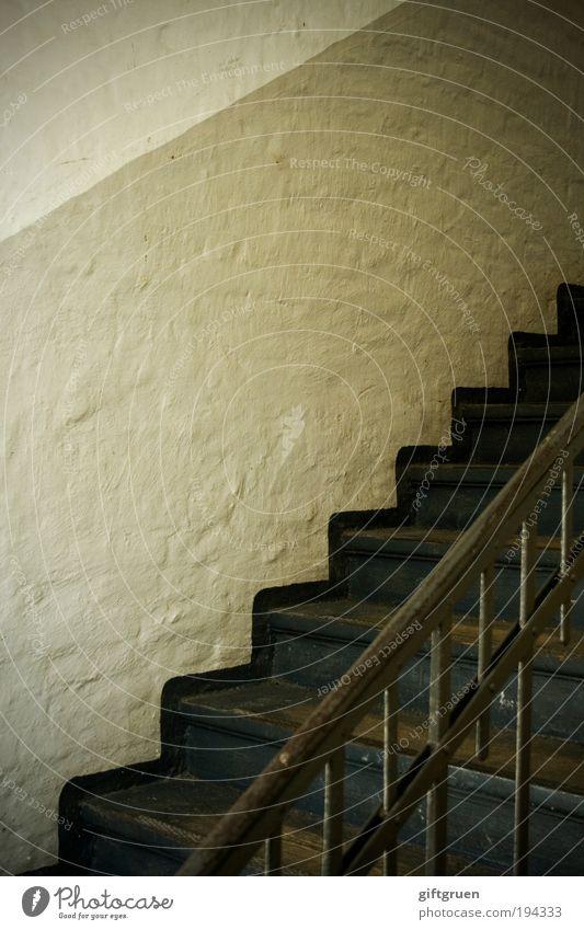 5. stock ohne aufzug Haus Bauwerk Gebäude Mauer Wand Treppe Häusliches Leben alt hoch Treppenhaus Treppengeländer Geländer Stiegenhaus aufwärts abwärts Etage